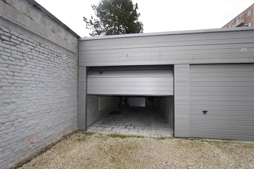 private garage met autosectionaalpoort
